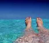 pés na água