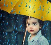 criança com chapéu chuva