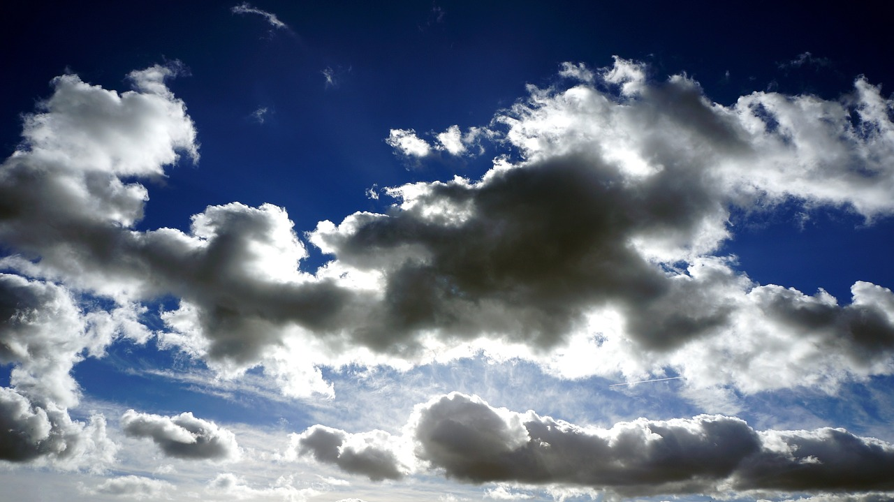 céu pouco nublado